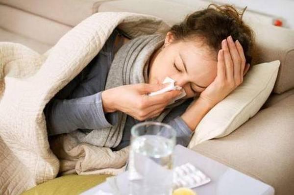 Самые бесполезные лекарства от простуды и гриппа: чем не стоит лечить ОРВИ